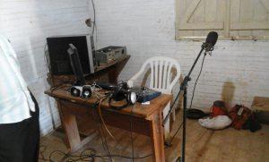 Equipamiento de la radio comunitaria de Uj'e' Lhavos